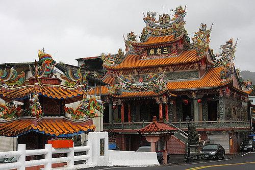 5台北縣雙溪鄉,亦有全台唯一供奉宋末三傑的三忠廟。興建於同治七年 西元1868年至今已有一百多年的歷史,是雙溪鄉民的信仰中心。.jpg
