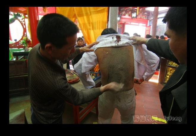 """10儀式結事,法師們恢復""""肉身"""",助手們趕緊處理他們的後背,用香爐灰撒在他們的傷口上。 明年,他們還將擔此重任。.jpg"""