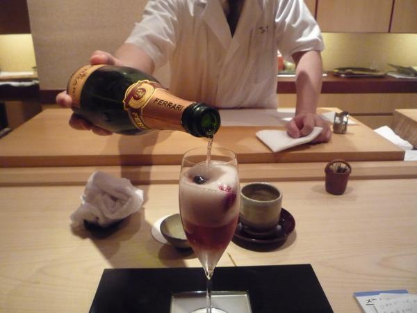 奧田樣倒上玫瑰香檳酒