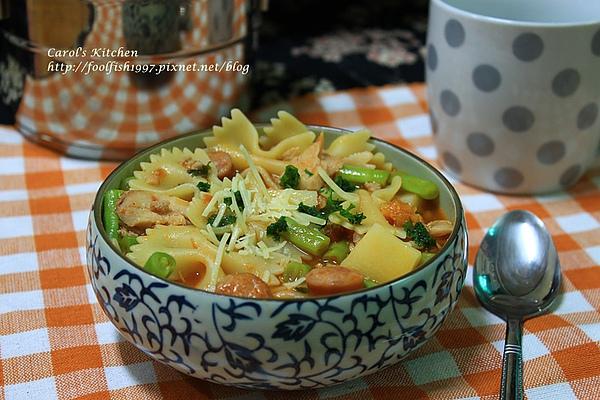 燻雞香腸蕃茄義大利麵湯 03.JPG