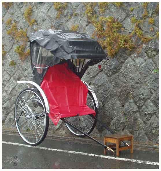 008. 大雨中孤單的人力車