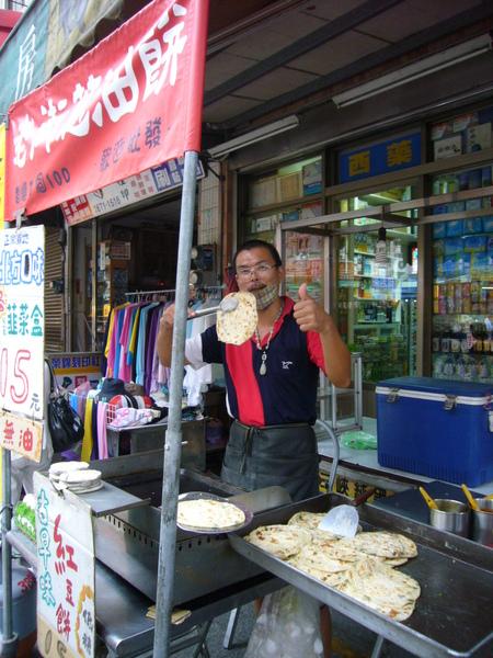 三峽祖師爺廟口、大樹旁,好吃的蔥油餅(不油、是用乾烙的),值得品嚐!