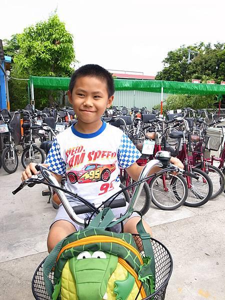1.Gino作勢騎腳踏車.JPG
