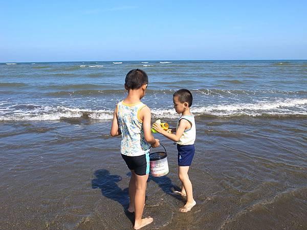 3.兩兄弟玩水趣.JPG