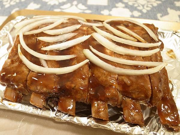 2.碳烤豬肋排塗醬舖洋蔥.jpg
