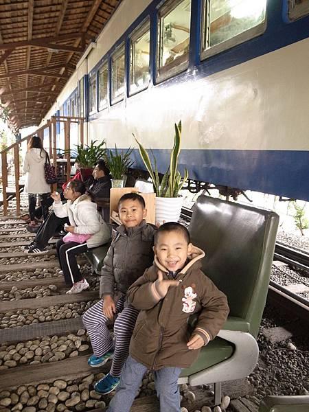 9-2等待入火車廂中用餐