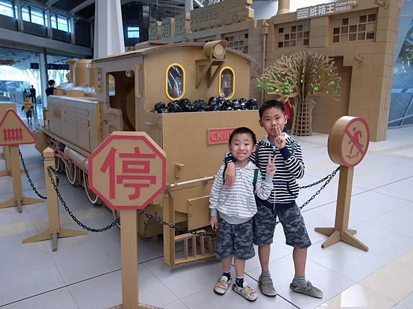 1.紙箱王火車餐廳我們來囉!!