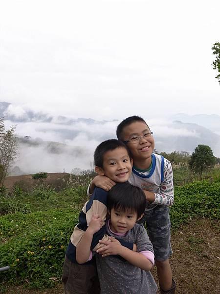 1.置身雲海的開心孩子們