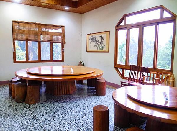 15.超厚實的木桌椅