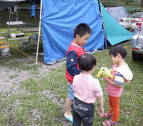 9.小童們搶玩泡泡機