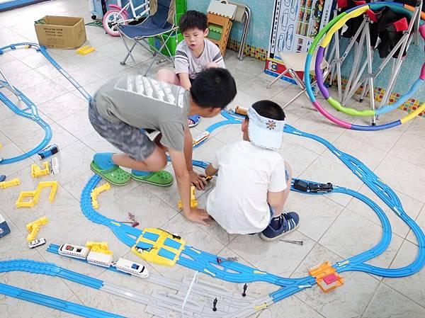 7.沈迷於火車軌道玩具