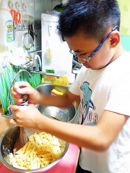 4.小廚師忙灑粉