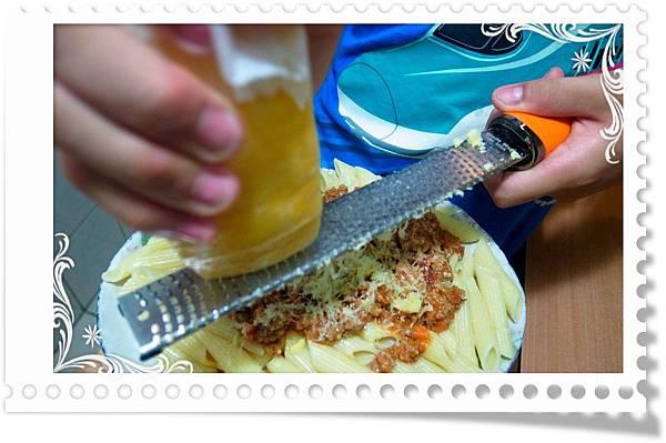5.灑上肉醬刨起司
