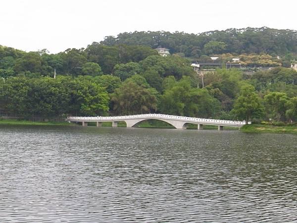 4.湖中的映月橋.JPG