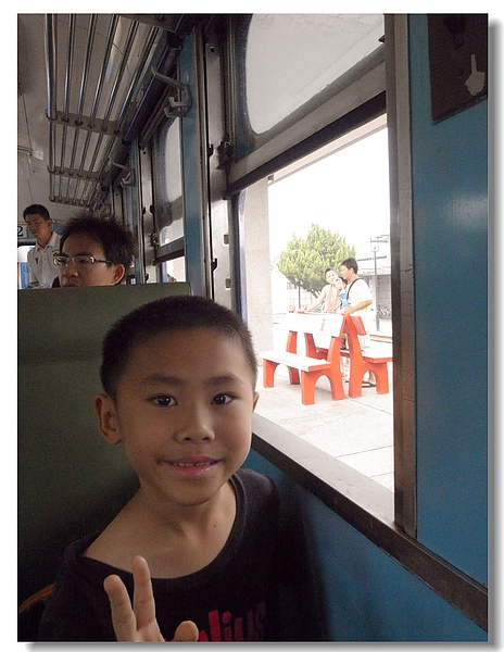 8.Gino搶坐靠窗座位.jpg