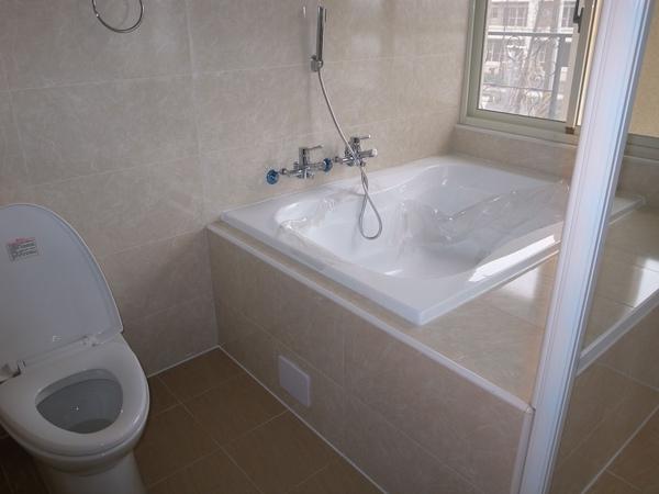 2-2主臥大浴缸.jpg