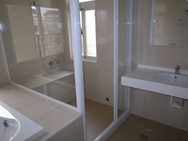 2-3大浴缸旁的淋浴間.jpg