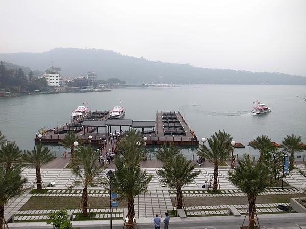 17.河堤邊看船.jpg