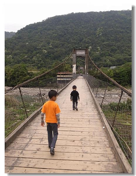 13.走過吊橋.jpg