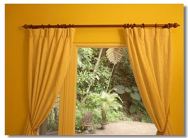 6.床後的窗外綠意.jpg
