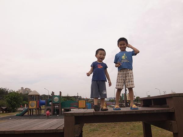 3兩兄弟於南寮遊戲區.jpg