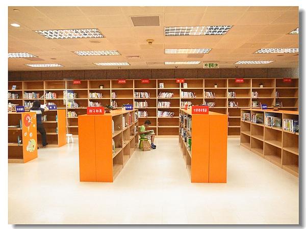 27.低碳圖書館看書.jpg