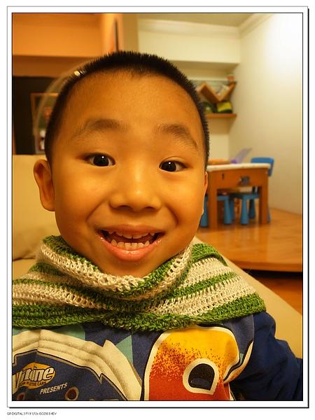 3.JERRY圍圍巾的興奮模樣.jpg