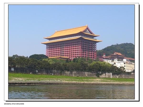 24.搭船近看圓山飯店.JPG
