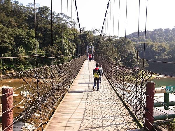 2.走過吊橋.jpg