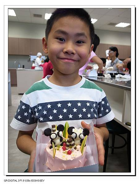 23.Gino與自己diy的貓熊蛋糕.JPG