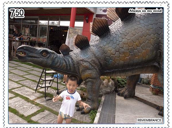 15.Jerry穿內褲與恐龍雕像.jpg