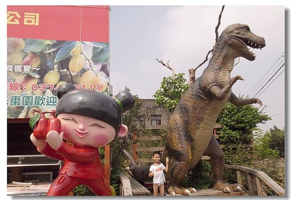 14.Gino穿內褲與恐龍雕像.jpg