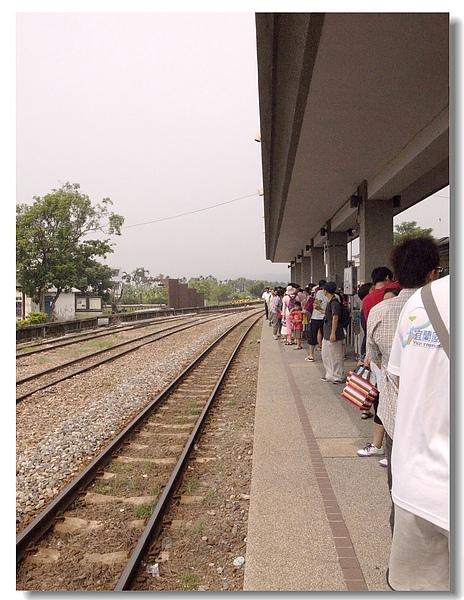 6.等待蒸汽火車的人群.jpg