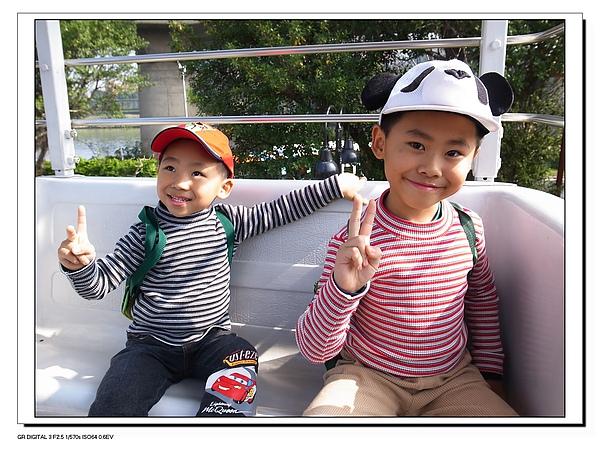 4.兩兄弟坐小型摩天輪.JPG