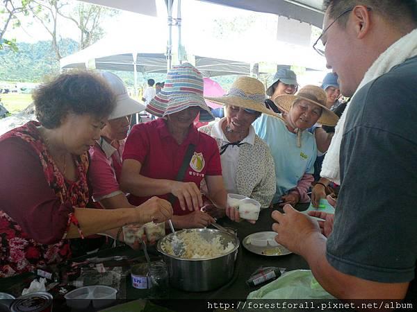 秀明農法的御飯糰DIY活動吸引許多民眾參與。.JPG