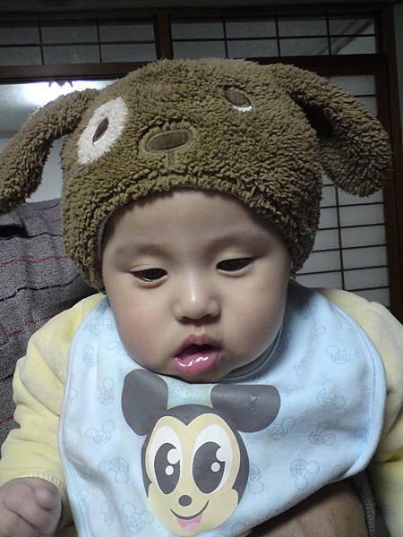 借芷安姐姐的帽帽玩.JPG