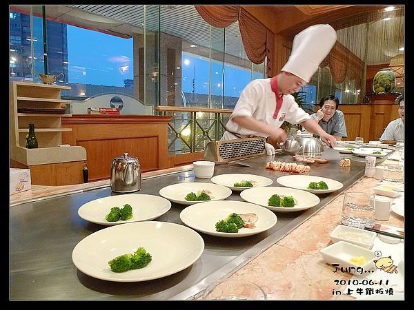 14.主廚在準備我們的明蝦與鮮魚.jpg