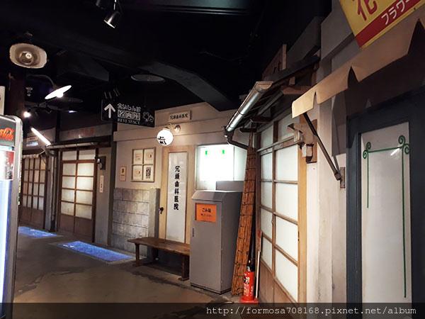 海豚舞動櫻花中-飯店裡的水族館25.jpg