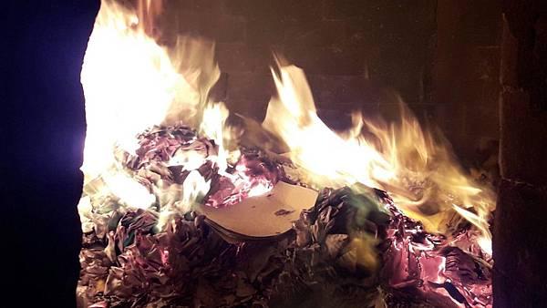 祈福包裹燒化 鍾絲雨老師