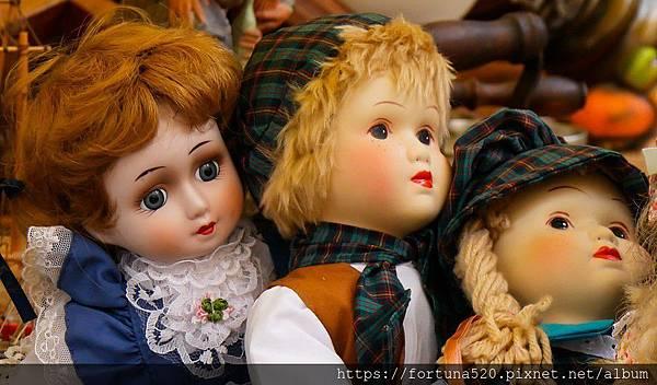 床頭櫃放置人頭娃娃