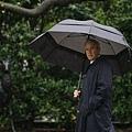 president-bush-carries-an-umbrella-2.jpg