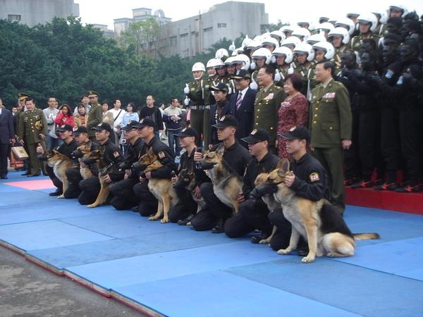 表演的軍官軍犬們與外賓合照