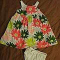 GYMBOREE,6-12M,現在正在換季出清,原本30幾美元的小洋裝現在10幾塊就有了。平平現在穿還超大件的,我猜可以穿超過一歲,冬天裡面搭長袖就行了。