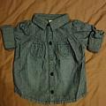 Carzy8,12-18M,牛仔薄襯衫,約台幣400。又是一件可以折袖子也可以放長的衣服,所以秋冬春都可以穿哦!