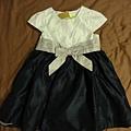Carzy8,2T,是小禮服,約台幣600。裙子是很深的藍紫色,腰帶是淺紫色,跟小外套同款(收到貨才知道原來是同款)。很適合當花童穿唷!