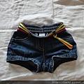 Gymbroee牛仔短褲,6-12M。因為平平很小隻,所以到冬天都還可以內搭褲襪穿著。