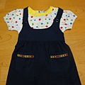 吳拔的店,2T。小舅舅的愛心,兩件式洋裝,可拆穿。但我覺得吊帶裙版型較小,最近就可以穿了,衣服很大,要等明年。