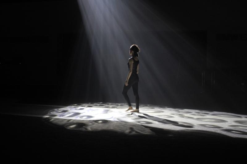 強光下的舞者1