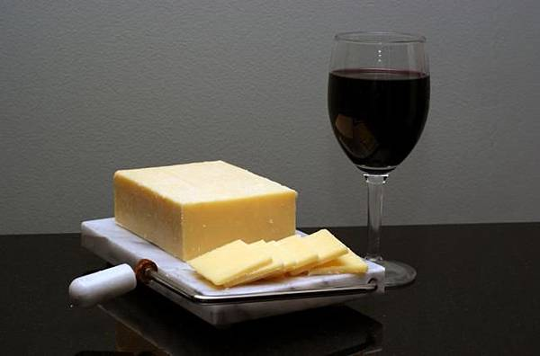 喝紅酒配起司