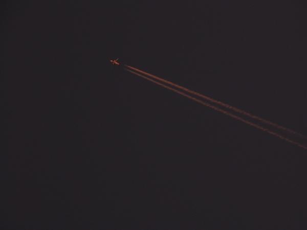 傍晚1730的飛機在追逐日落